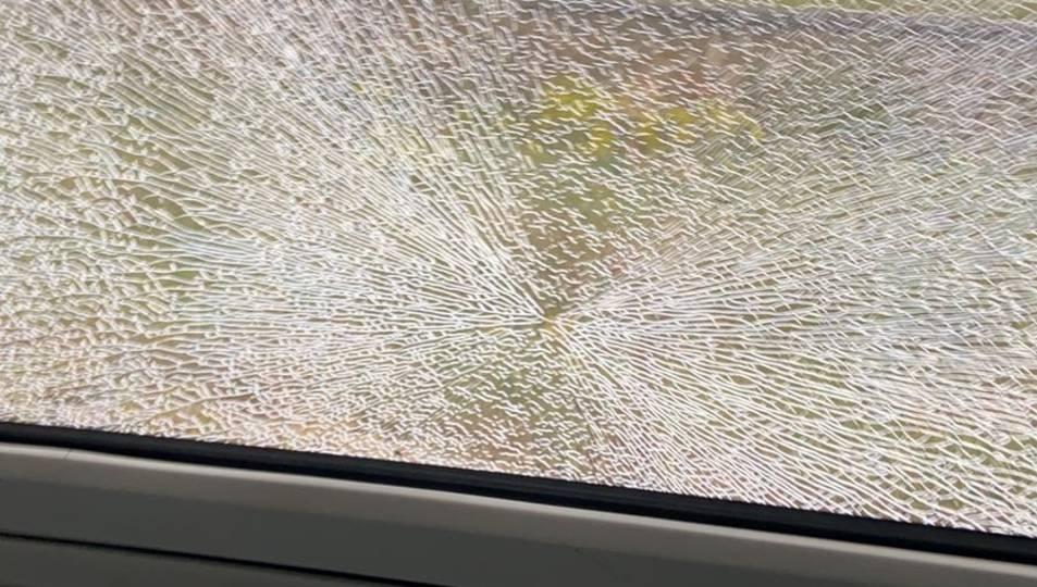 Els vidres del tren trencats degut a l'impacte.