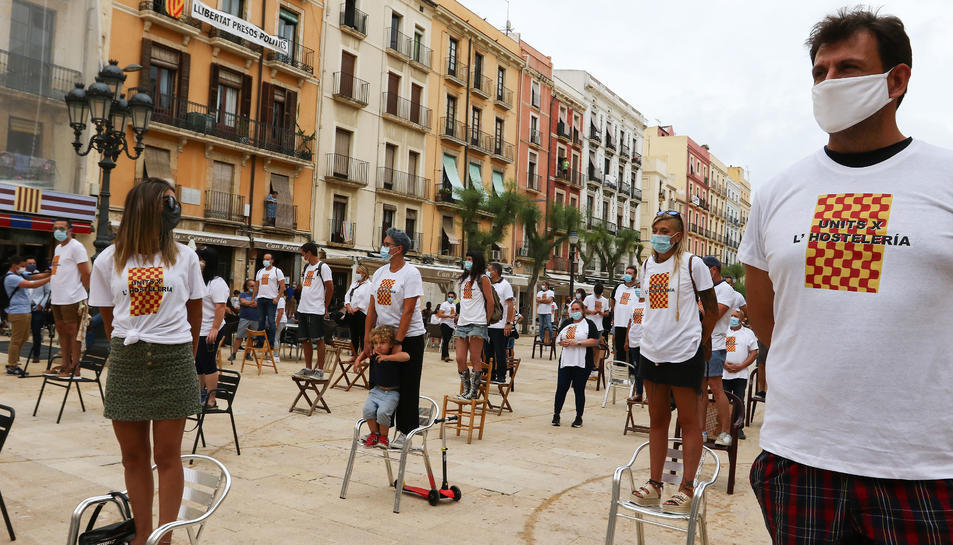 Imatge de la mobilització de dimarts a la plaça de la Font per part d'una cinquantena d'empresaris del sector hostaler.