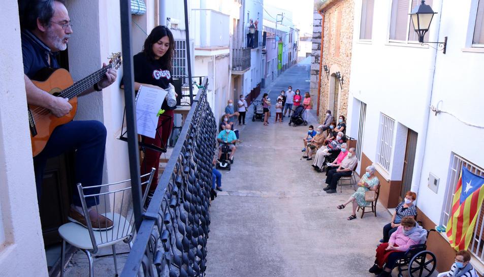 Lluís Fernández i la seva filla Núria actuant des del balcó de casa seva a Freginals.
