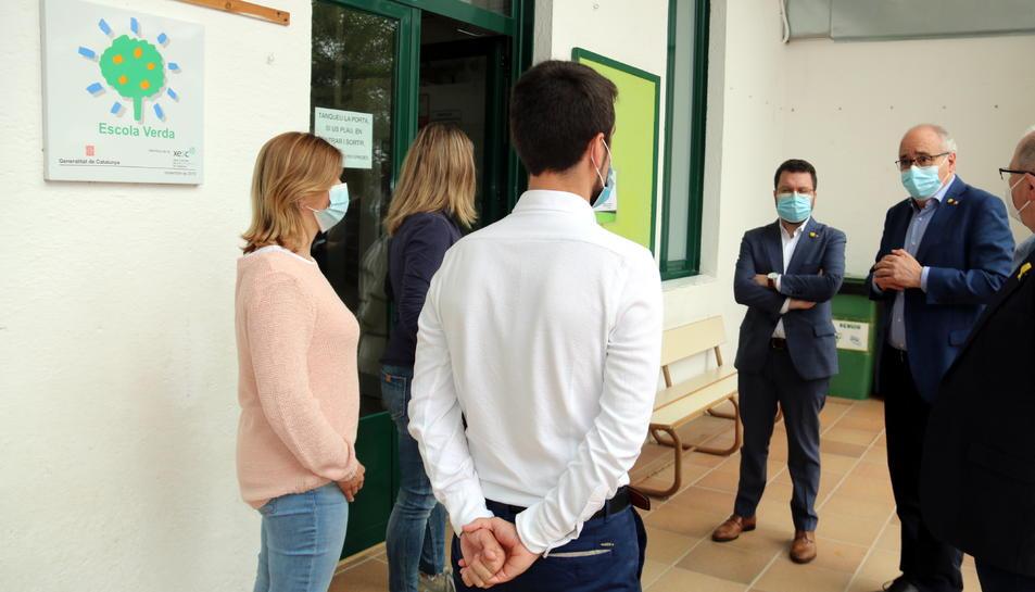 El vicepresident Pere Aragonès i el conseller d'Educació, Josep Bargalló, visitant l'escola Montseny de Breda.