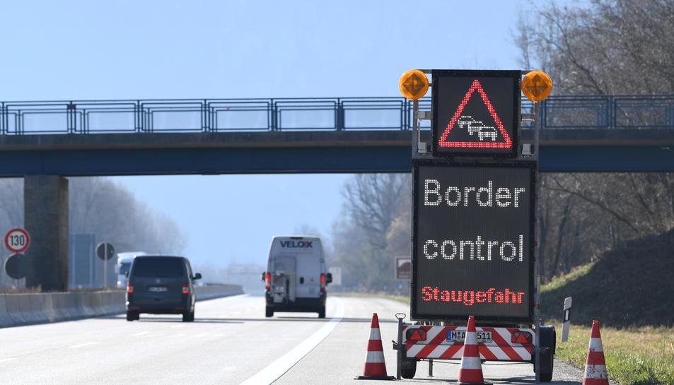 Un signe de trànsit anuncia controls fronterers pel covid-19 a prop de la frontera entre Àustria i Alemanya.