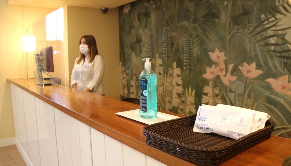 Els elements de protecció que s'entreguen als clients a l'entrada de l'hotel Best Terramarina de la Pineda.