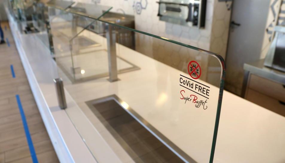 El vidre que impedeix que els clients accedeixin directament al menjar del bufet de l'hotel Best Terramarina.