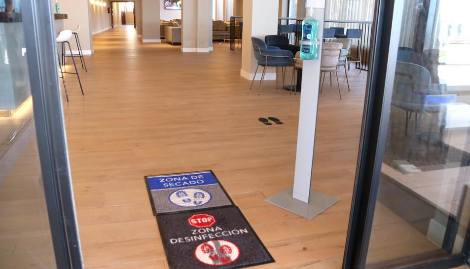 Una de les entrades de l'hotel Best Terremarina, amb estores desinfectants pels peus i gel hidroalcohòlic.