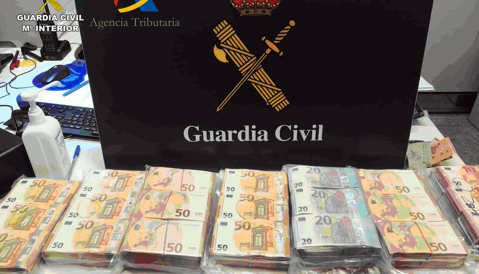 Els prop de 300.000 euros enxampats dins la maleta d'un ciutadà alemany a l'Aeroport de Barcelona