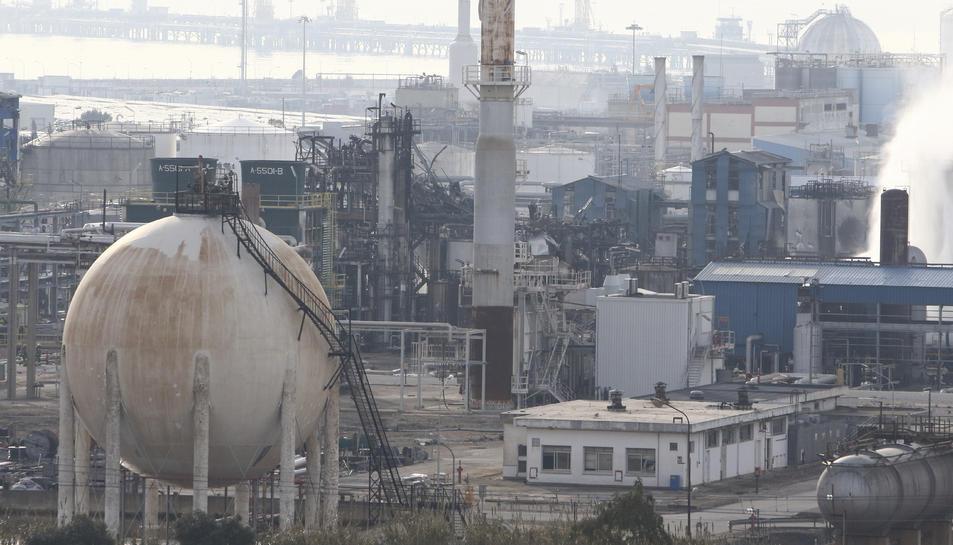 Aspecte de la planta d'IQOXE l'endemà de l'explosió del 14 de gener que va matar a tres persones.