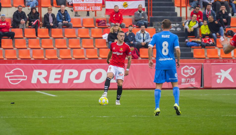 Juan Rodríguez rumia què fer amb la pilota durant el Nàstic-Lleida Esportiu.