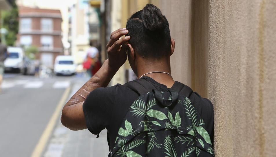 Un dels tarragonins extutelats, Hamza, de 20 anys, al carrer del Cardenal Cervantes, ahir.
