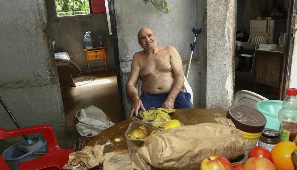 Omar Mohammed Yaki, a la caseta on viu al costat de les vies, a tocar del carrer Berlín de Salou.