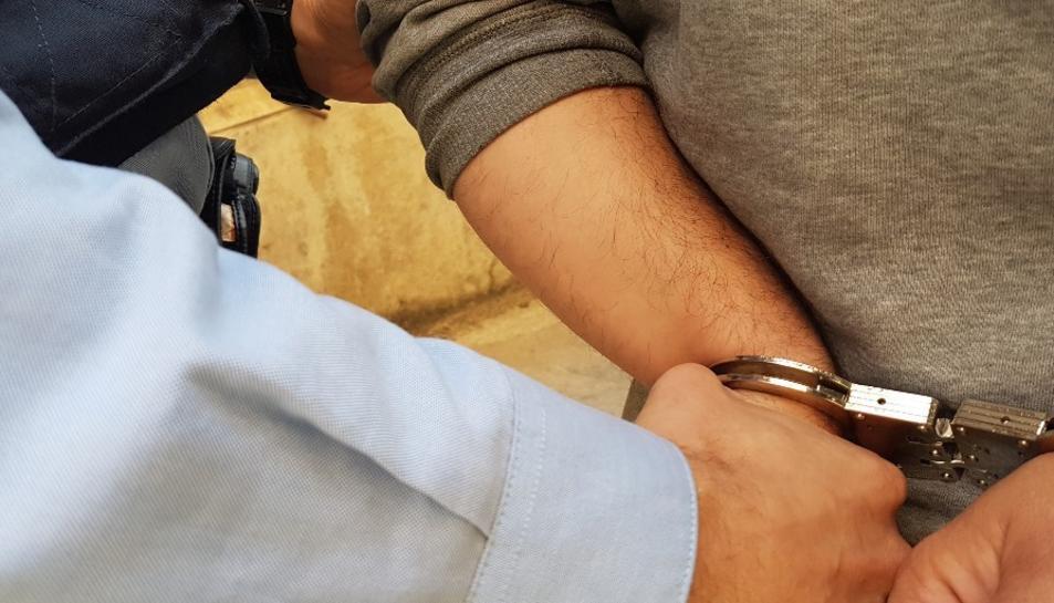 Imatge d'arxiu d'una persona detinguda pels MOssos d'Esquadra.