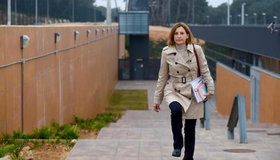 Imatge d'arxiu de l'expresidenta del Parlament Carme Forcadell sortint caminant de la presó de Mas d'Enric.
