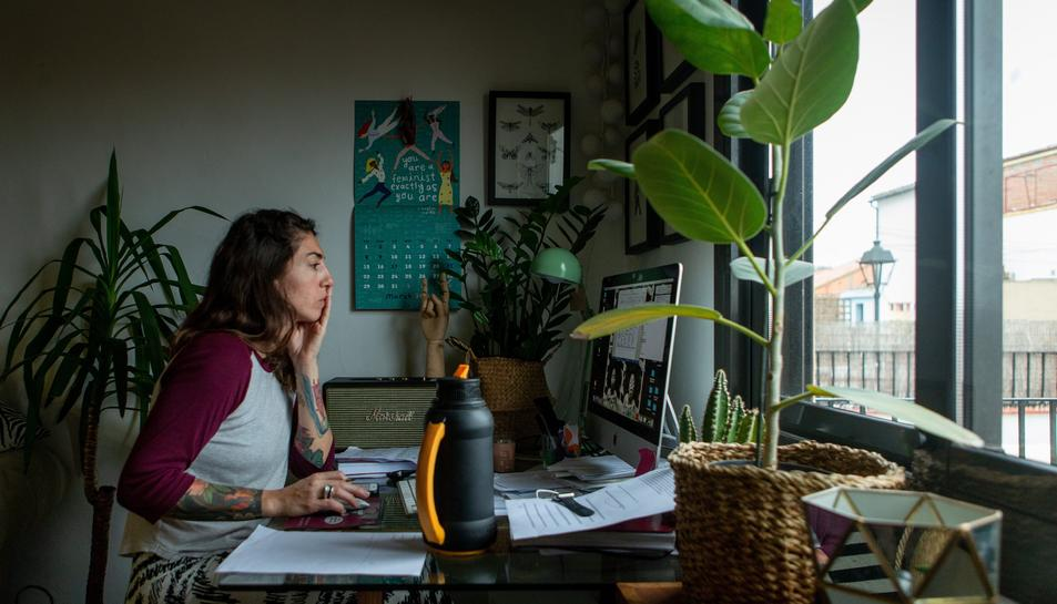 Imatge d'una dona treballant desde casa.