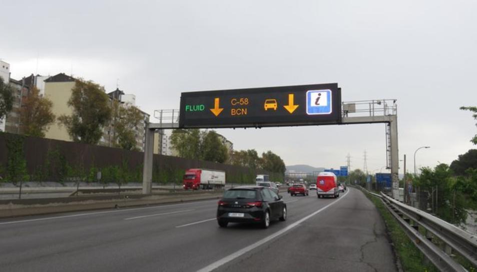 Imatge d'un panell lluminós a l'autopista.