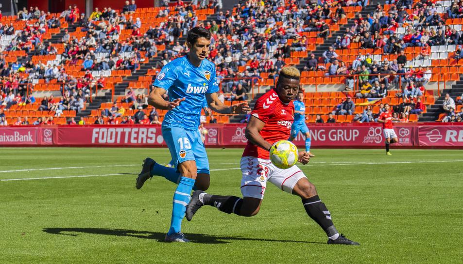 Thomas Amang disputa una pilota durant el Nàstic-Valencia Mestalla de la passada temporada.