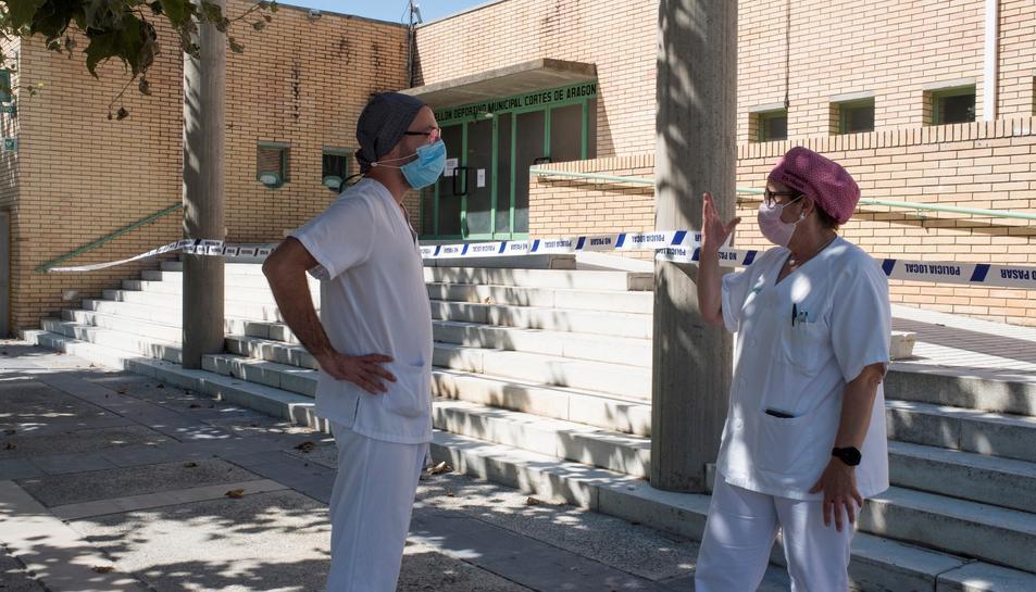 Dos professionals sanitaris d'Osca conversant.