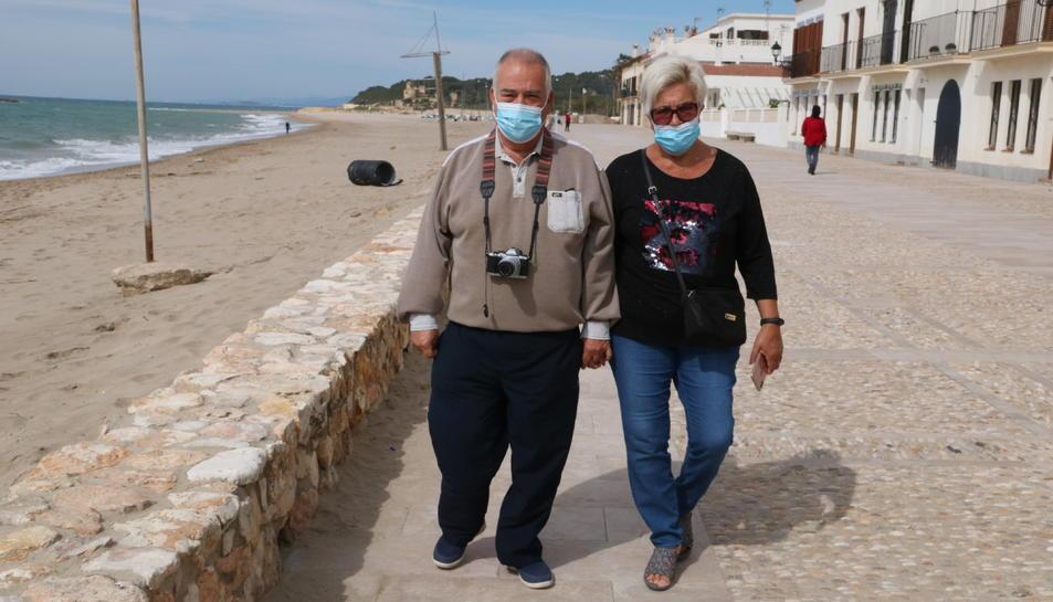 Una parella de gent gran que ha sortit a caminar pel passeig marítim d'Altafulla.
