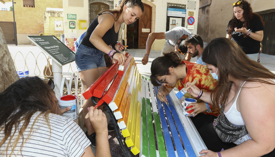 Un delsbancs que han pintat aquest diumenge a a Riera de Gaià.