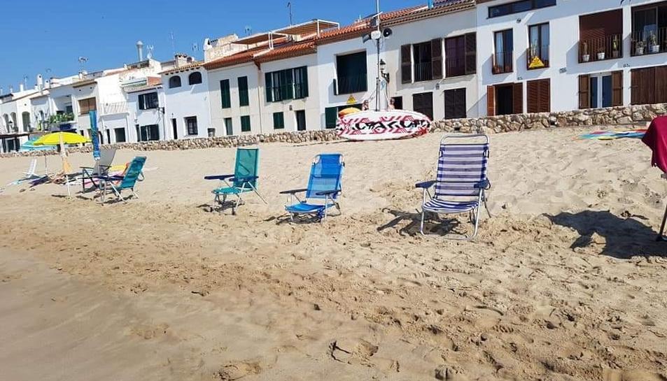 Un grup de cadires a primera línia de platja a Altafulla de bon matí ocupant espai.
