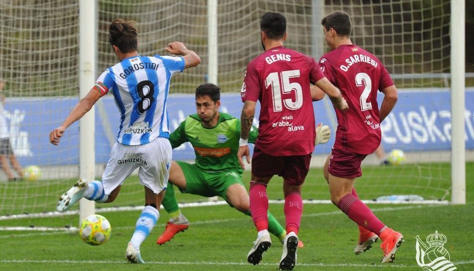 Gonzi, durant un moment del duel disputat amb l'Alavés B al camp del filial de la Real Sociedad.