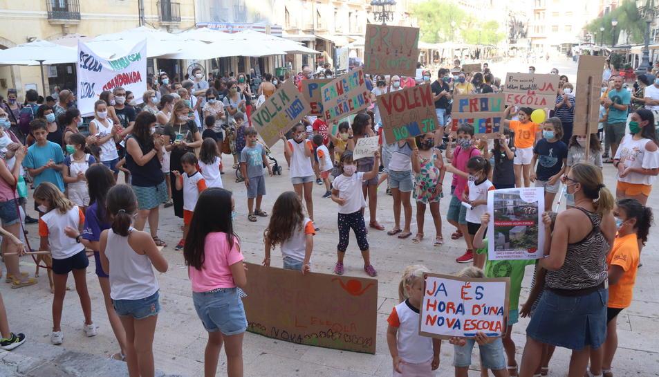 La concentració a la plaça de la Font va aplegar prop de 150 persones vinculades a l'escola.