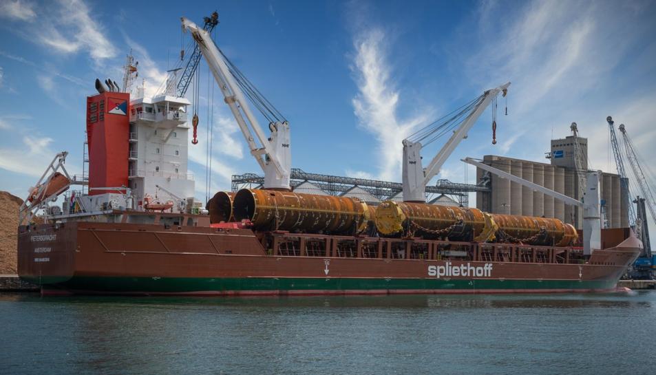 Imatge del vaixell amb les pecesde 200 tones carregades per transportar-les.