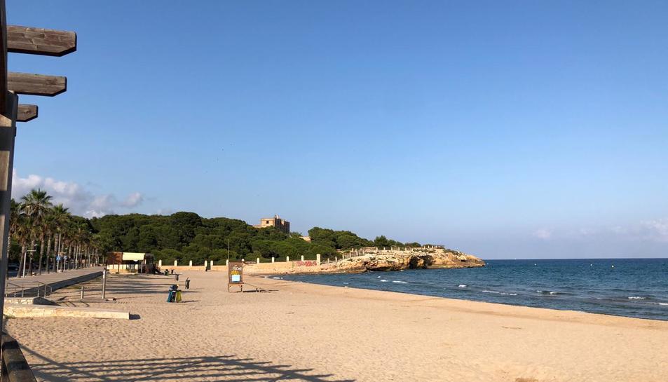 Imatge de la platja Arrabassada totalment desallotjada.