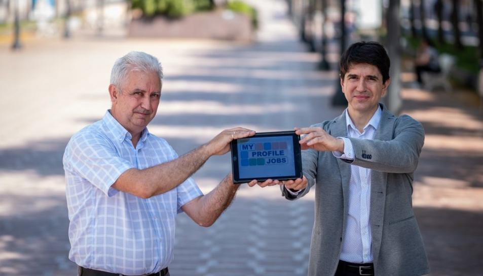 L'investigador de la URV, Jordi Tous (a l'esquerra) i Antoni Sambró, director de l'empresa Easy2bwise.