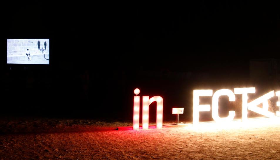 Pla obert de les sigles del Festival de Cinema de la Terra Alta, in-FCTA, il·luminades,