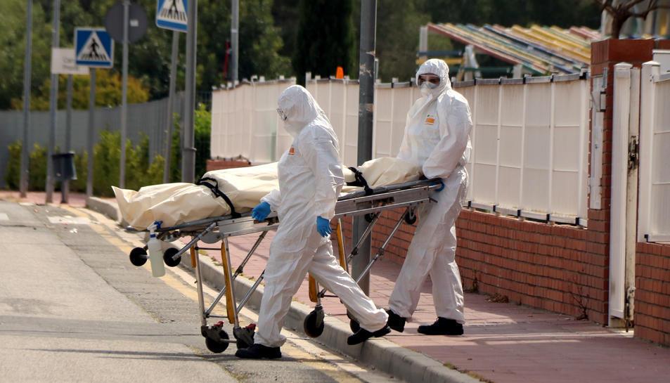 Dos empleats treuen un cadàver.