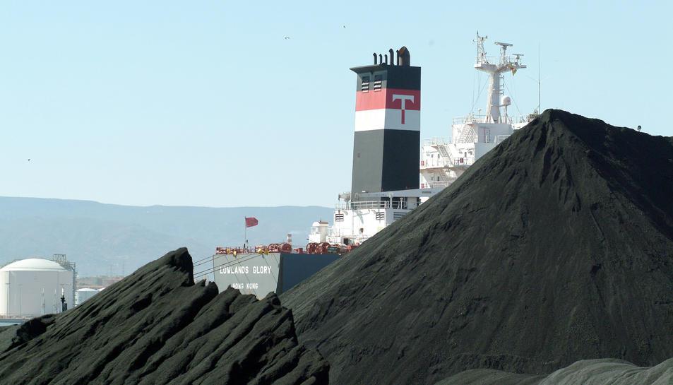 Imatge d'arxiu del vaixell carregant carbó a les instal·lacions del Port de Tarragona.