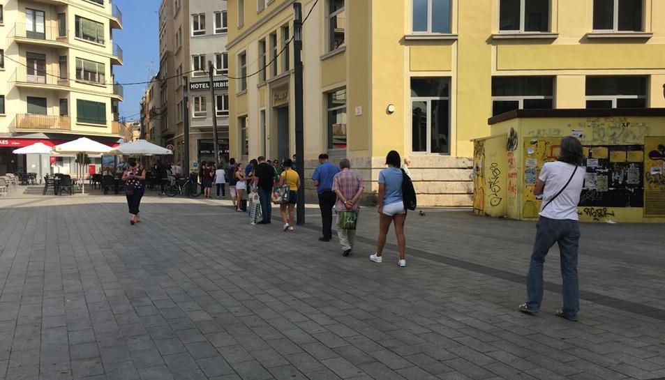 Gent fent cua a l'oficina de Correos ubicada a la plaça Corsini de Tarragona.