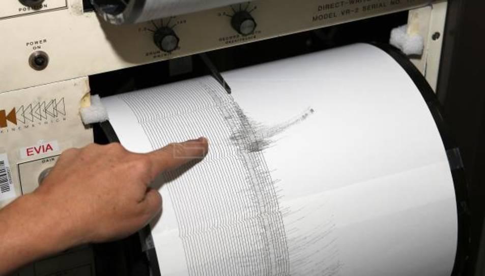 Imatge d'un sismògraf en el qual es registren els terratrèmols.