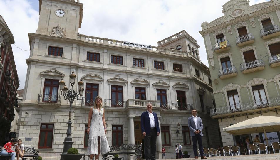 Noemí Llauradó, Carles Pellicer i Dani Rubio a la plaça del Mercadal amb l'Ajuntament de fons després de fer el balanç de mandat.