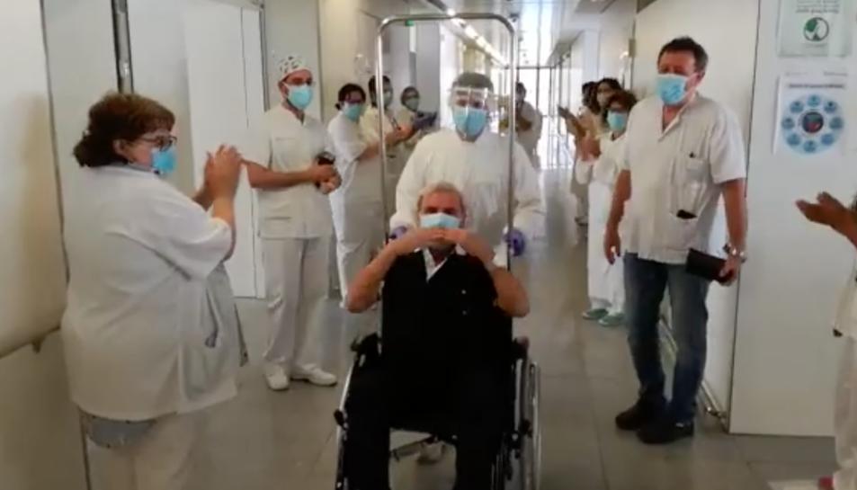 Moment dels sanitaris acomiadant els pacients.