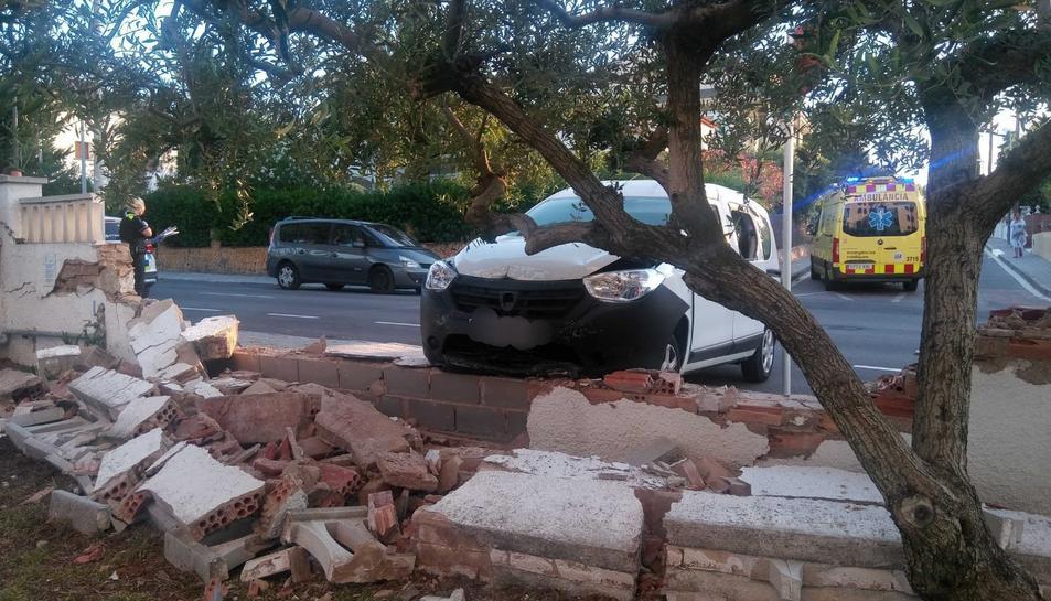 El mur ha cedit per l'impacte del vehicle.