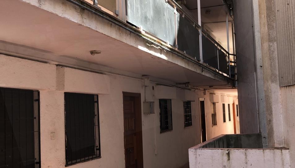 Tràfic de drogues, baralles i destrosses dels ocupes és amb el que conviuen cada dia els propietaris del número 2 del carrer Sant Andreu del Serrallo