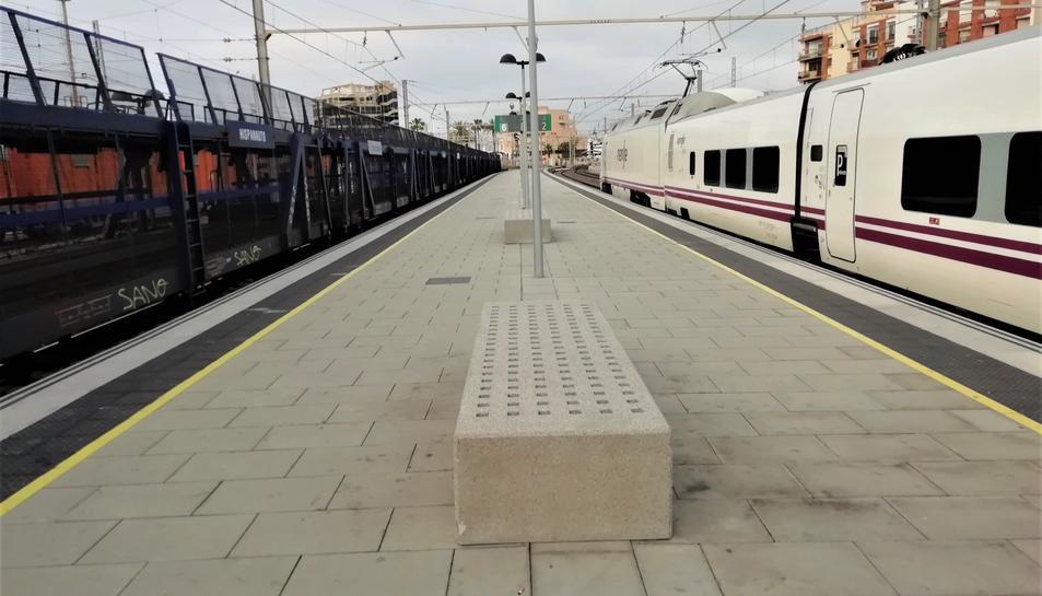 Un tren de mercaderies i un altre de passatgers a l'estació de Tarragona.