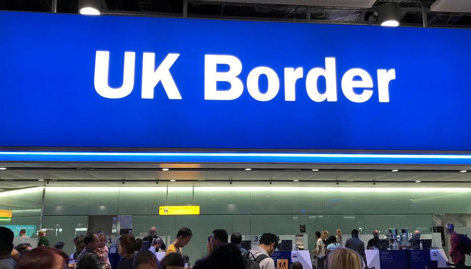 Un cartell de la frontera del Regne Unit, en una imatge d'arxiu de l'aeroport de Heathrow, a Londres.