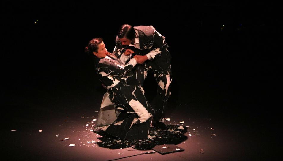 Blaï Mateu i Camille Decourtye a l'escena inicial de l'espectacle inaugural del Grec 2020.