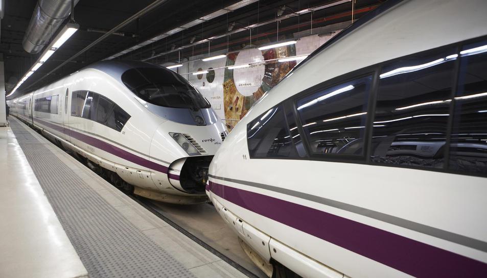 Un tren d'alta velocitat AVE esperant abans de sortir de l'estació.