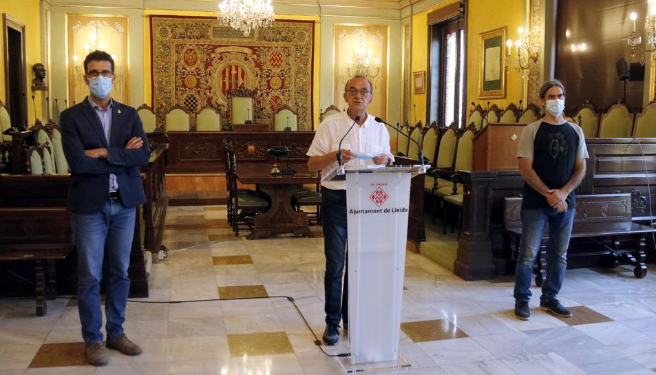 L'alcalde de Lleida, Miquel Pueyo, i els tinents d'alcalde Toni Postius i Sergi Talamonte, durant la compareixença per valorar l'anunci de confinar el Segrià.