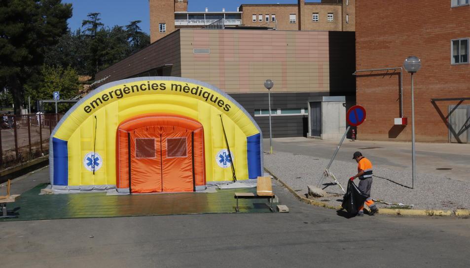 L'hospital de campanya que s'ha instal·lat al costat de l'Arnau de Vilanova per atendre casos de covid-19.