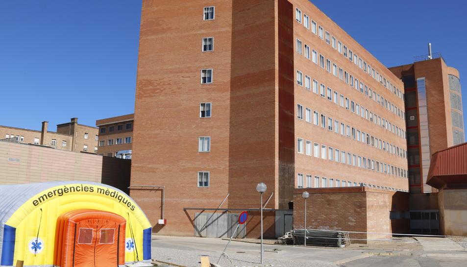 L'hospital de campanya que s'ha instal·lat per atendre casos de covid-19 i de l'hospital Arnau de Vilanova de Lleida.