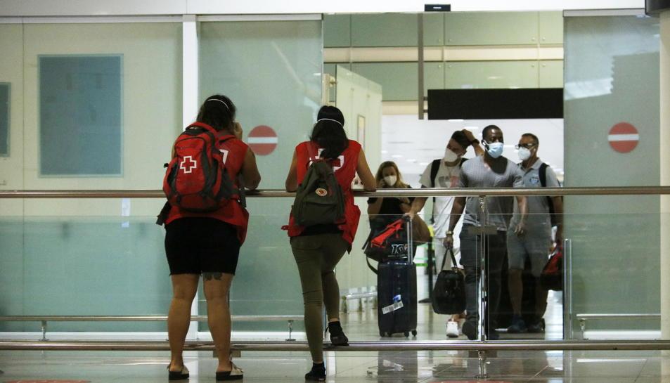 Turistes sortint de la zona d'arribades de la terminal 1 de l'aeroport de Barcelona-El Prat.