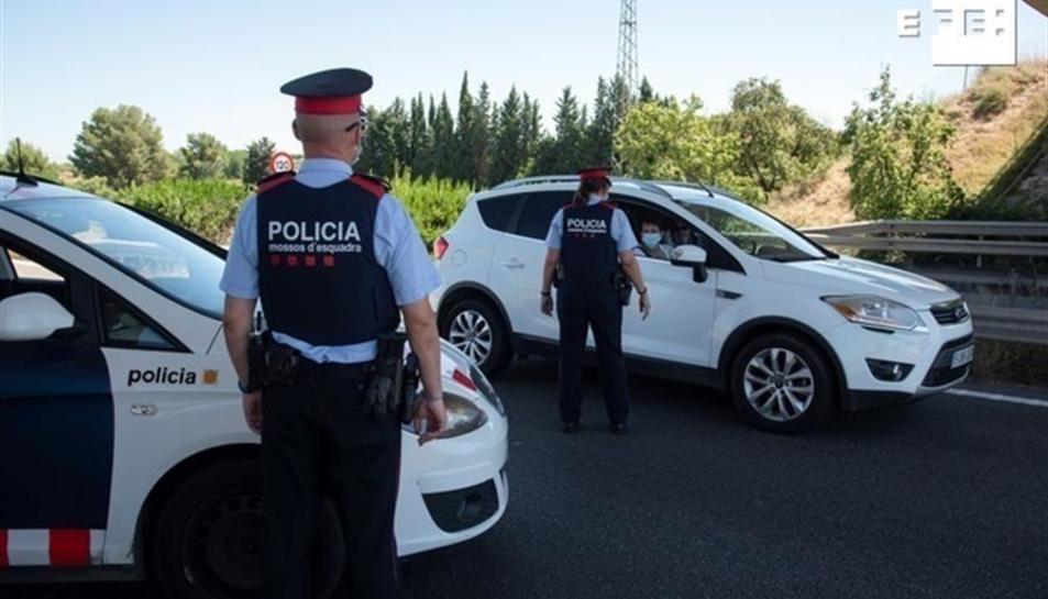 Control policial a la carretera N-240 a la comarca del Segria, utilitzada per anar a les platges de Tarragona.
