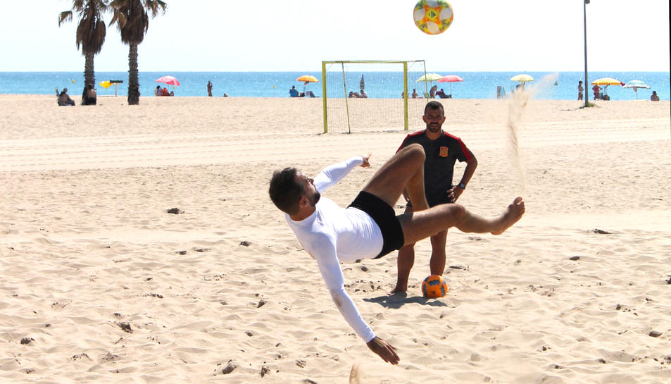 Llorenç Gómez entrenant amb Adri Frutos de fons.