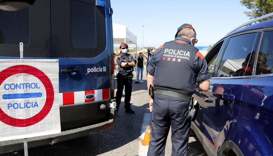 Pla mitjà on es pot veure un control de mossos pel confinament del Segrià a l'accés a l'A-2 per la sortida de l'AP-2, a Soses.