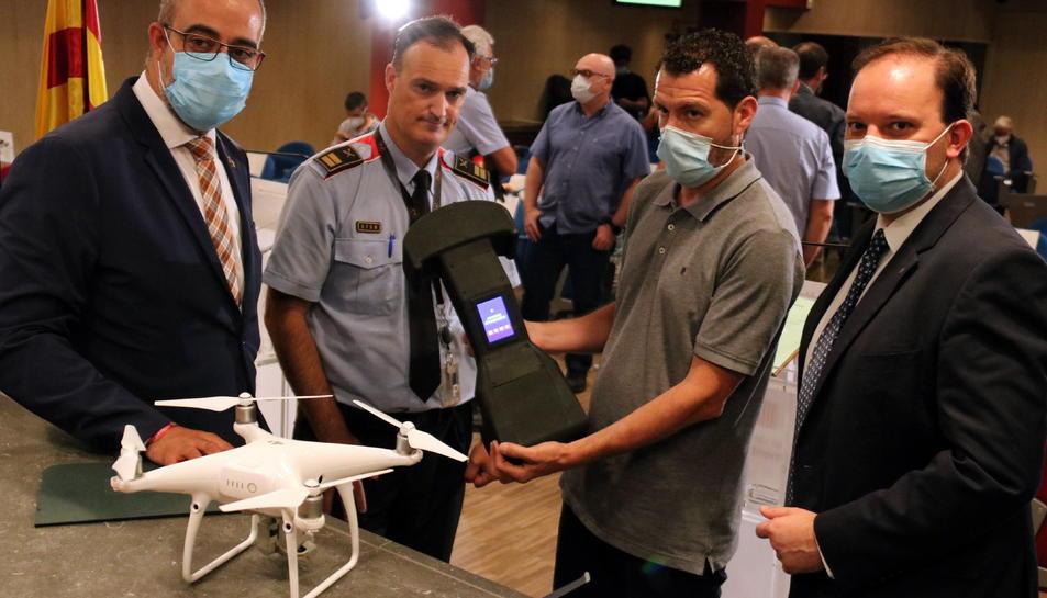 El conseller Miquel Buch, el director dels Mossos, Pere Ferrer, i el comissari en cap, Eduard Sallent, amb un tècnic que ensenya un inhibidor de drons.