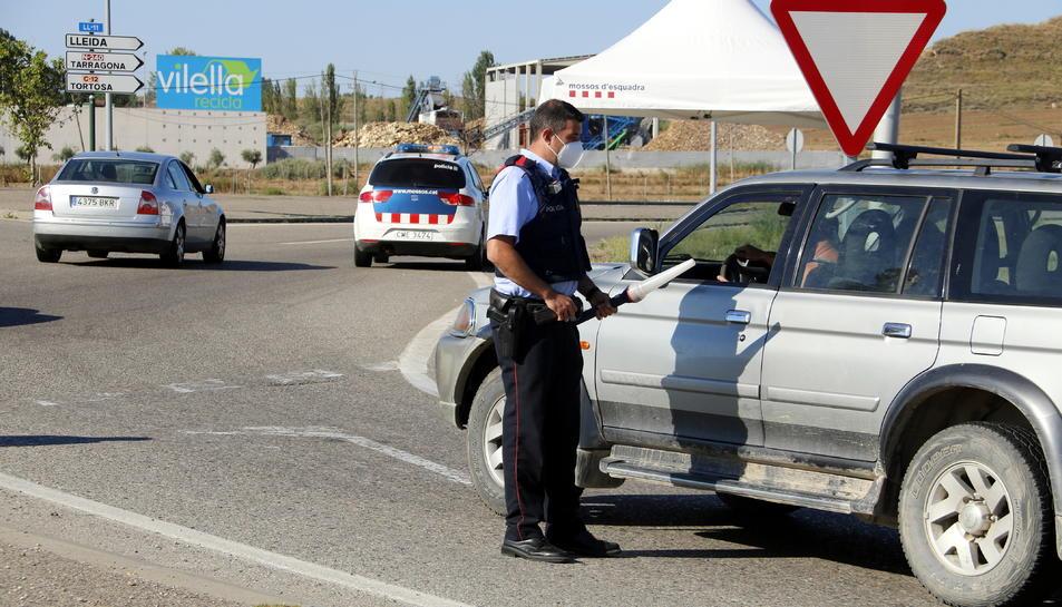 Control policial d'accés al Segrià a la rotonda dels Alamús.
