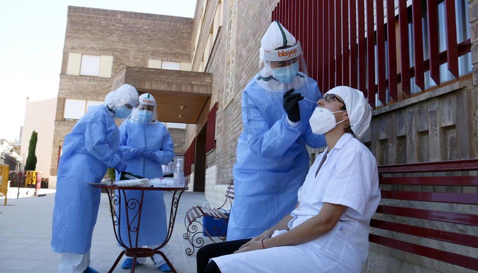 Una de les treballadores de la residència d'Aitona fent-se la prova PCR.